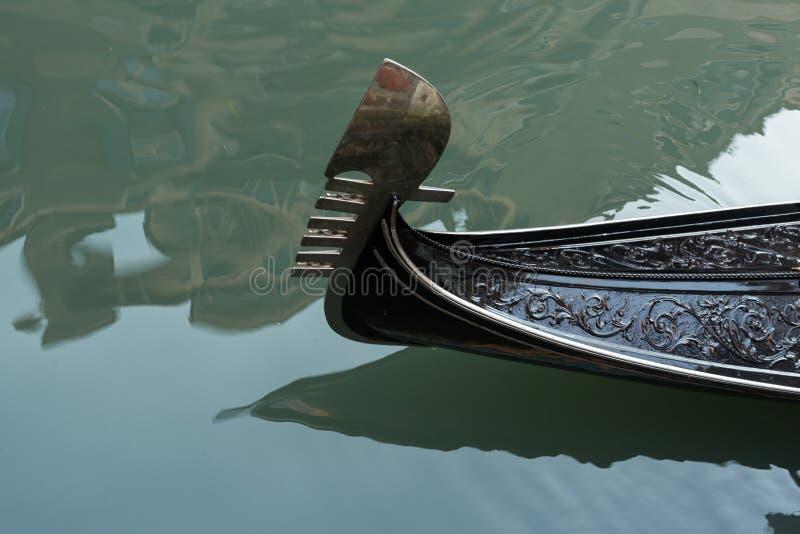 一艘装饰的长平底船的船首在威尼斯 库存图片
