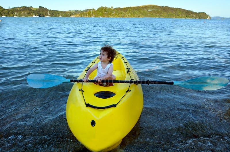 一艘黄色皮船的小女孩 免版税库存照片
