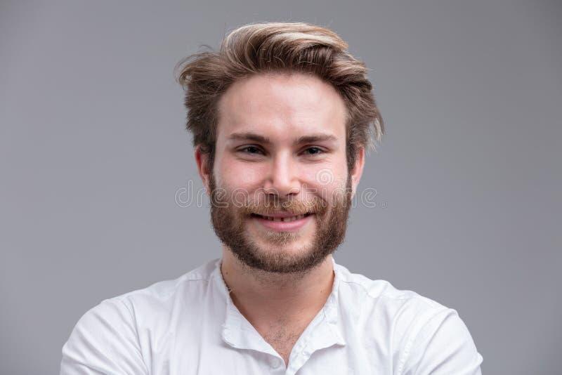 一英俊白肤金发年轻人微笑的画象 库存照片