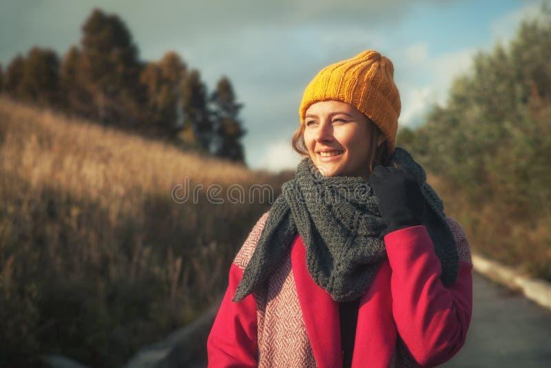一被编织的盖帽走的妇女 免版税库存图片