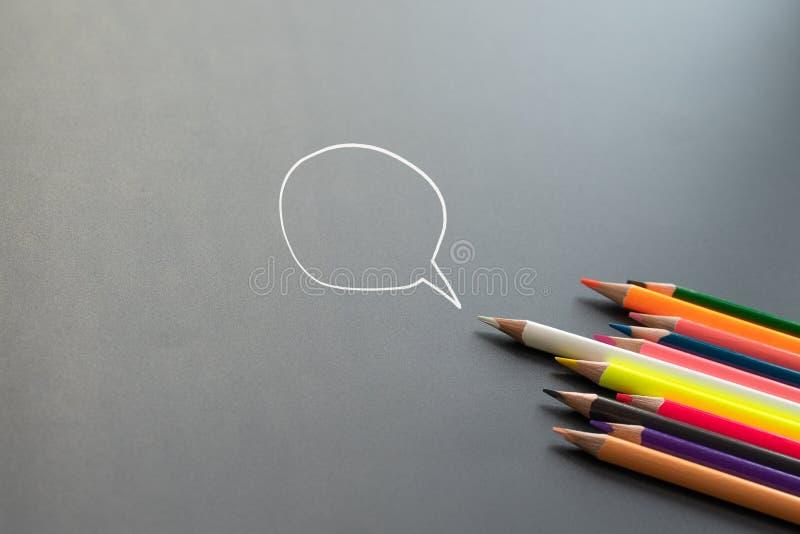 一话音,一次表决竞选,其他白色颜色的铅笔芯与拷贝空间分享在黑背景的想法 库存图片