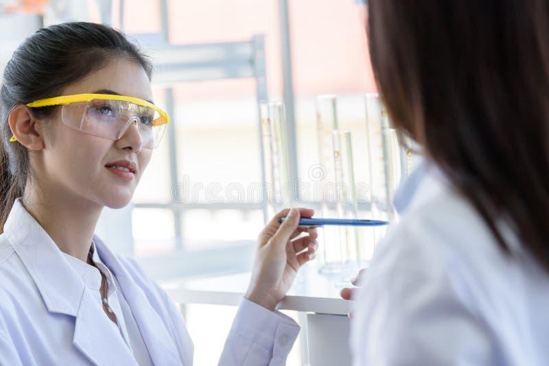 一起亚裔年轻女性工作和研究科学家 库存照片