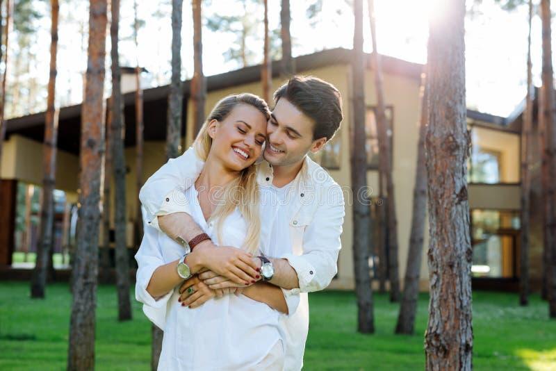 一起享受他们的周末的愉快的快乐的夫妇 库存照片