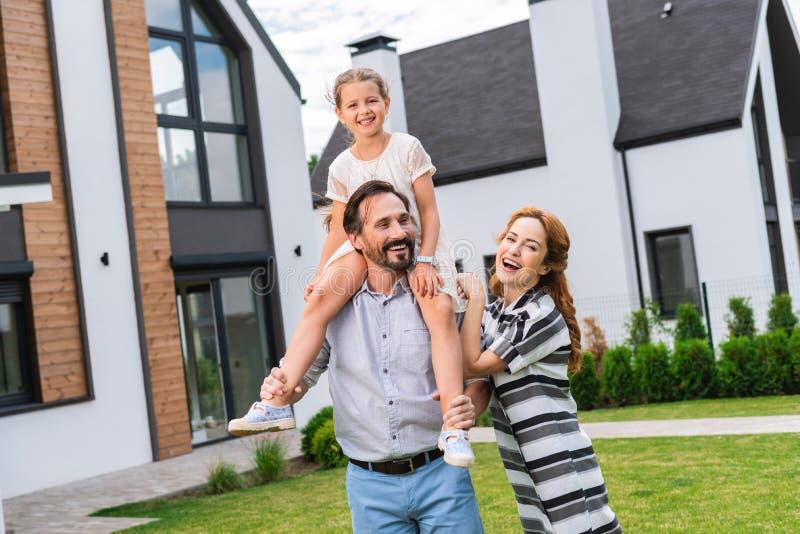 一起享受他们的时间的快乐的宜人的家庭 库存照片