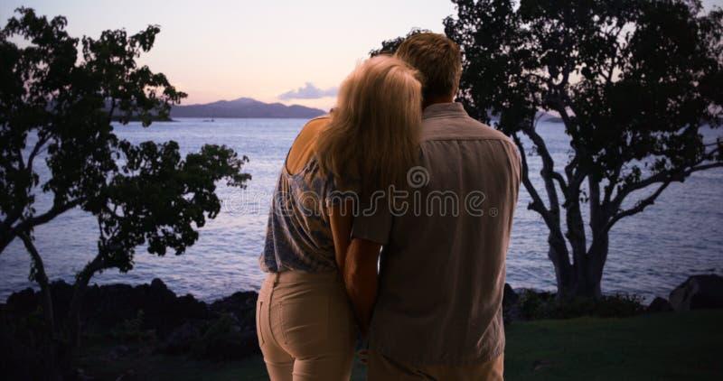 一起享受伟大的户外和观看日落的资深夫妇 库存照片