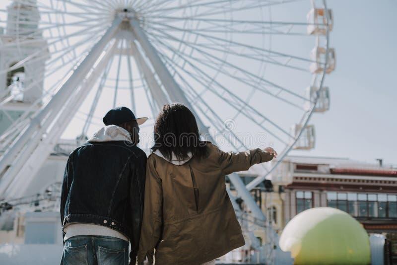 一起享受城市吸引力的正面年轻夫妇 免版税库存照片