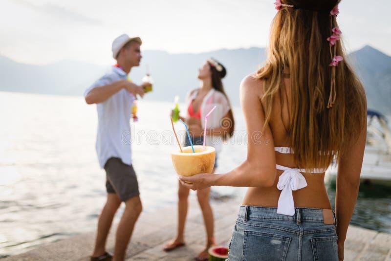 一起享受夏天党的无忧无虑的年轻朋友 免版税库存照片