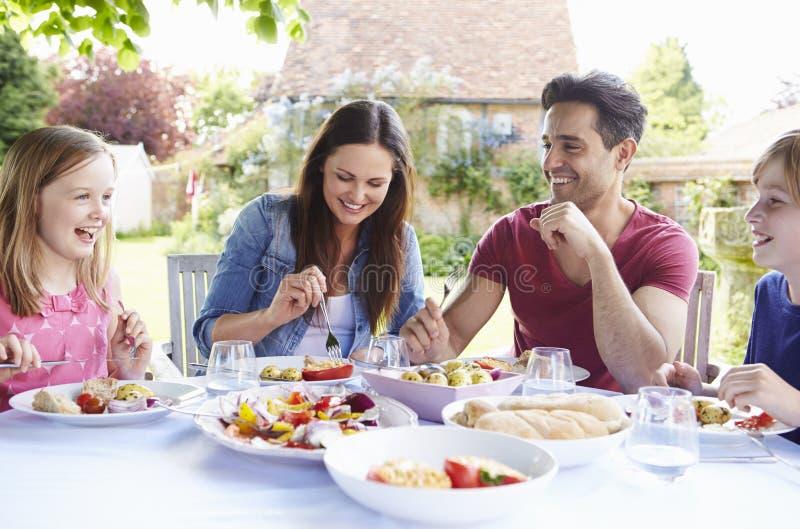 一起享受室外膳食的家庭 库存图片