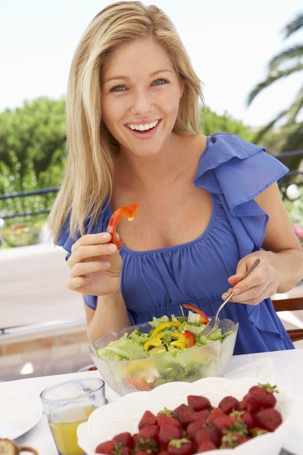 一起享受室外膳食的少妇 图库摄影
