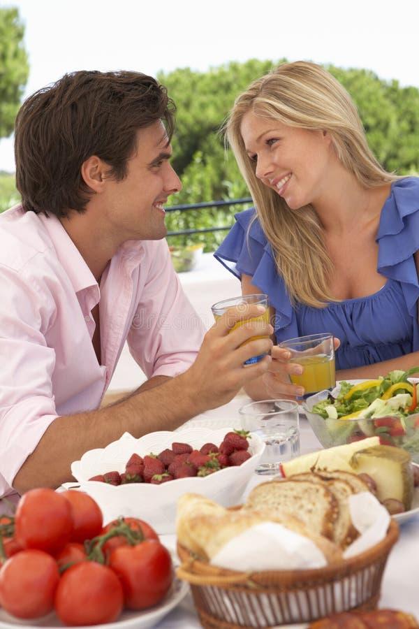 一起享受室外膳食的年轻夫妇 库存图片