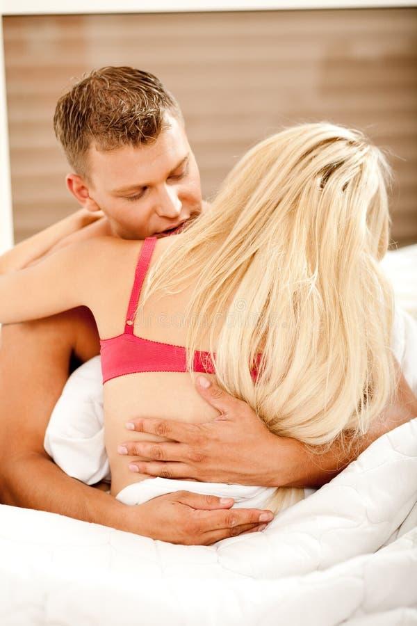 一起享受性交前的爱抚的夫妇 库存照片