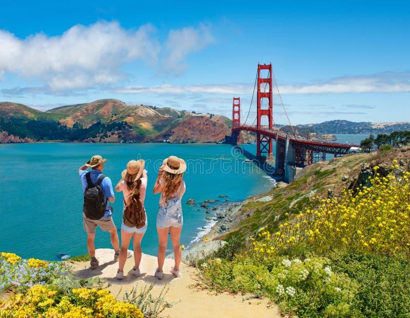 一起享受时间的家庭在度假远足旅行的 免版税库存图片