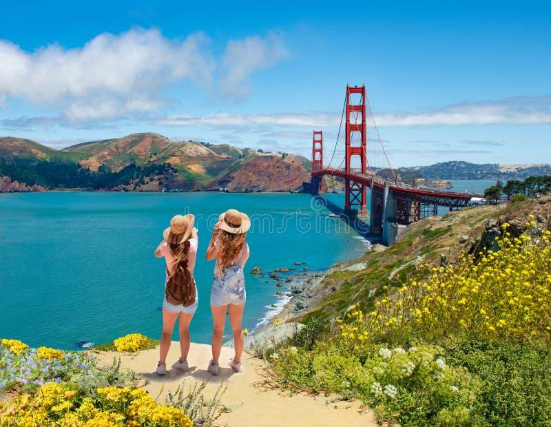 一起享受时间的朋友在假期旅行 免版税库存图片