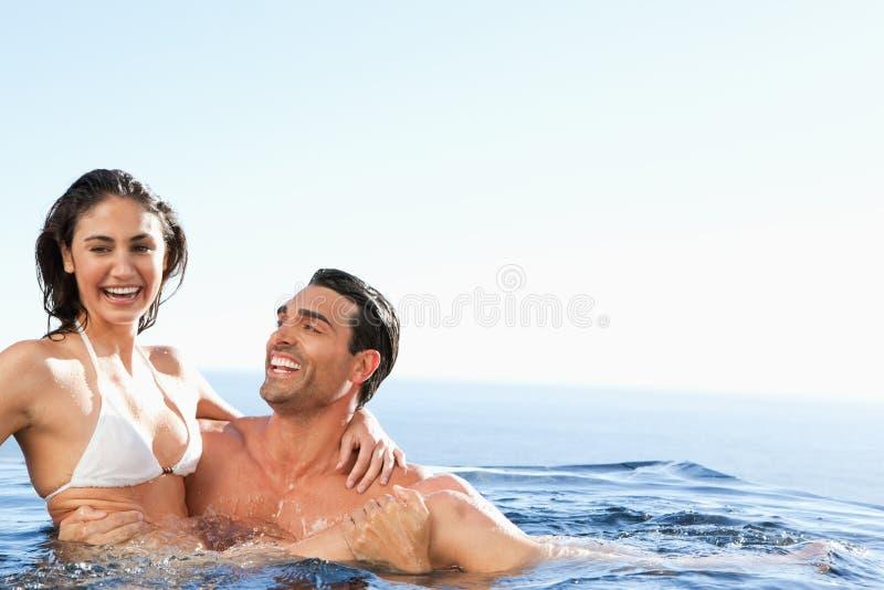 一起享受时间的夫妇在水池 库存图片