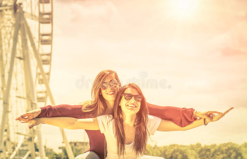 一起享受时间的最好的朋友户外在弗累斯大转轮 免版税库存照片