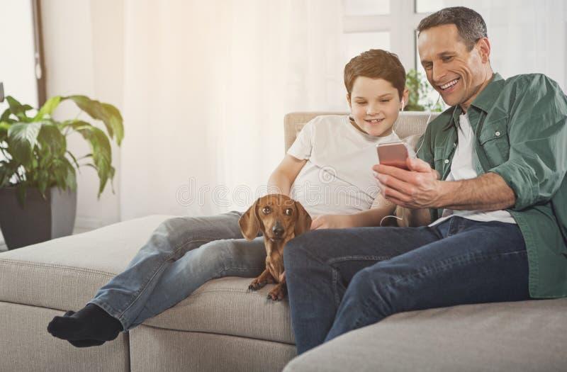 一起享受歌曲的友好的家庭在家 库存图片