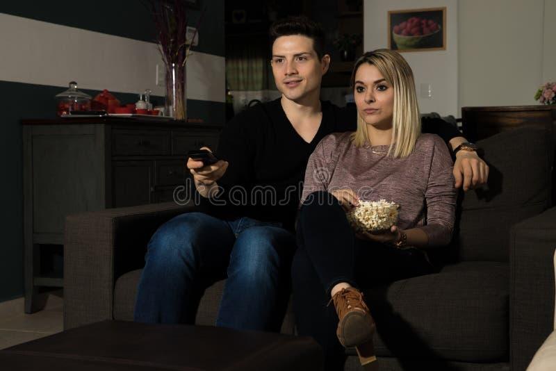 外国成人的性交电影_一起享受电影之夜的夫妇