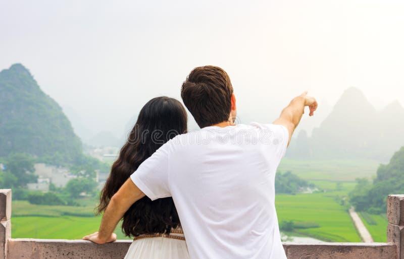 一起享受石灰岩地区常见的地形山景的夫妇 免版税库存照片