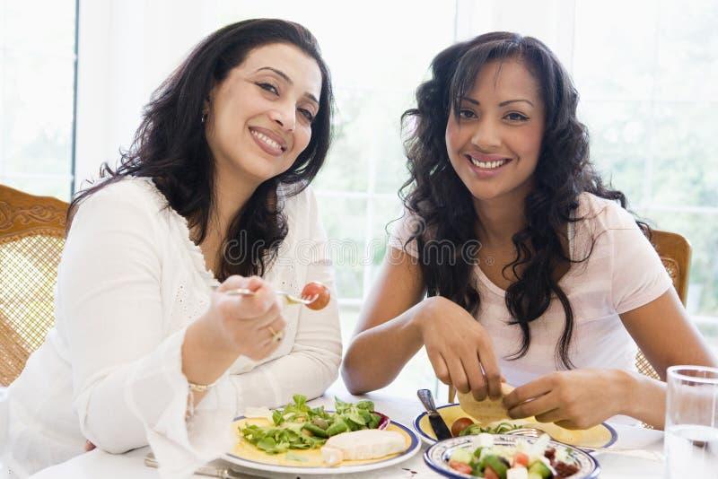 一起享受膳食二名妇女 图库摄影