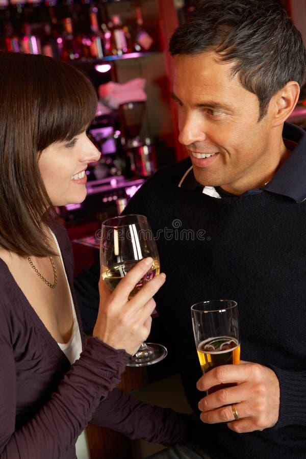 一起享受饮料的夫妇在棒 免版税库存图片