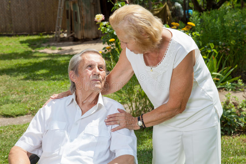 一起享有生活的年长夫妇 免版税库存照片