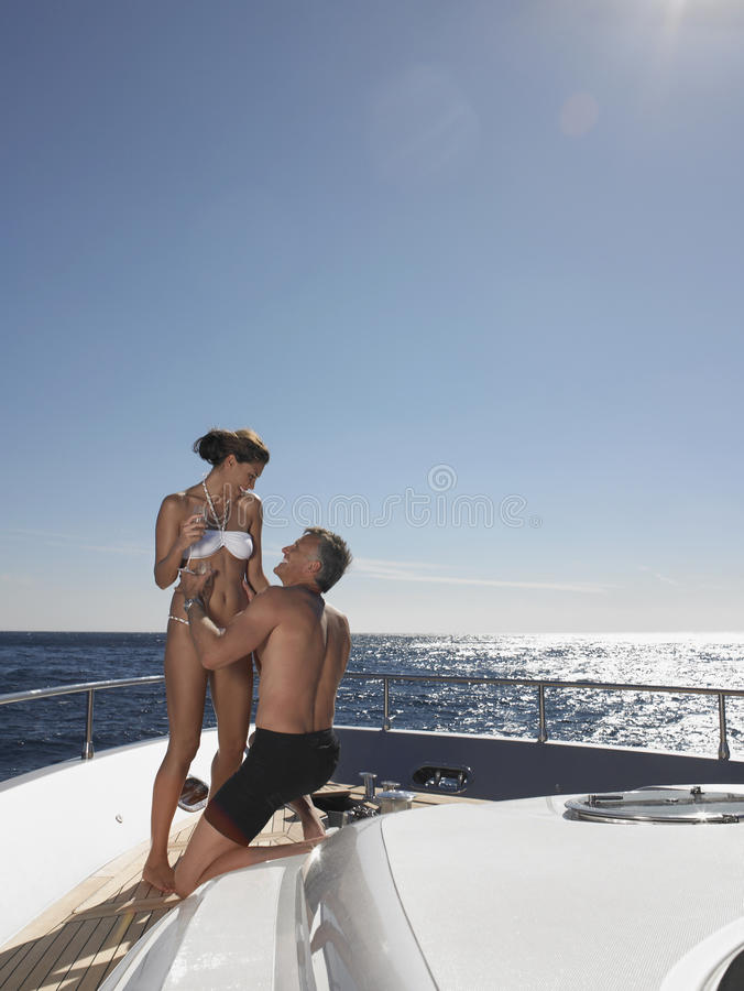 一起享用在游艇的夫妇 免版税库存照片