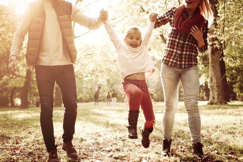 一起享用的小女孩使用与父母和 免版税库存图片