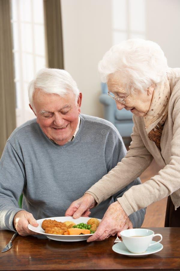 一起享用膳食前辈的夫妇 库存图片