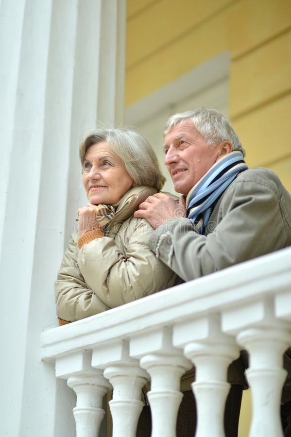 一起休息愉快的成熟的夫妇画象户外 免版税库存图片