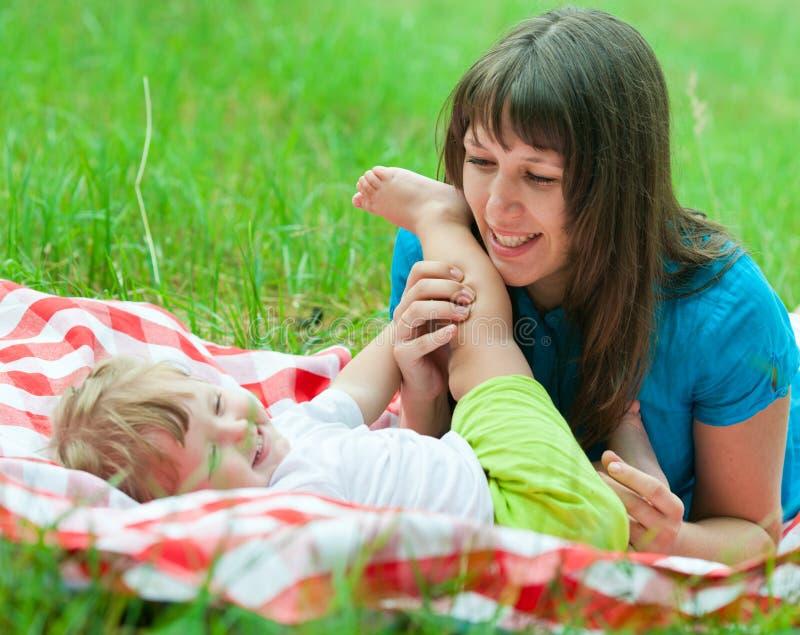 一起位于的母亲和的女儿 免版税库存图片