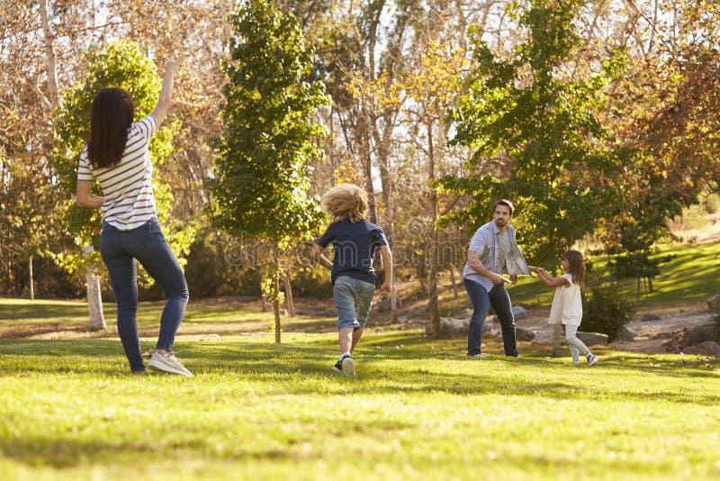 一起使用与飞碟的家庭在公园 免版税库存图片