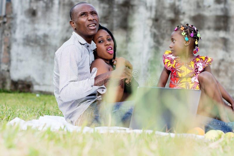 一起使用在公园的幸福家庭 免版税图库摄影
