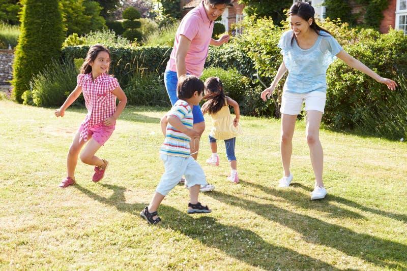 一起使用在夏天庭院里的亚洲家庭 免版税库存照片