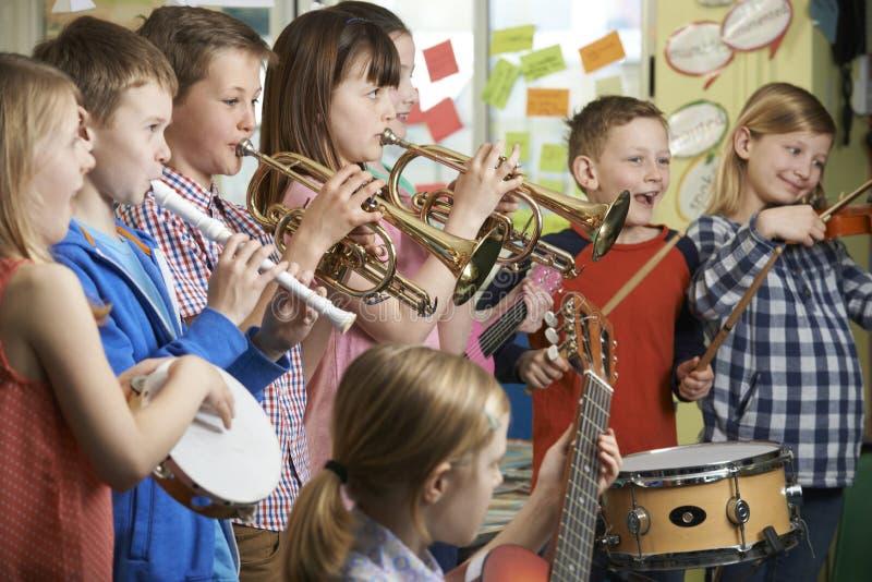 一起使用在学校乐队的小组学生 免版税库存图片