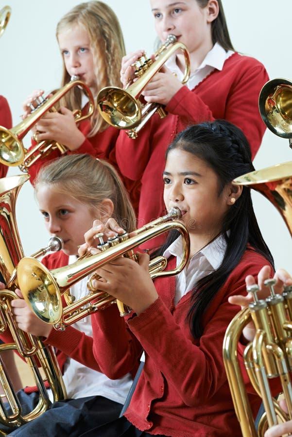 一起使用在学校乐队的小组学生 图库摄影