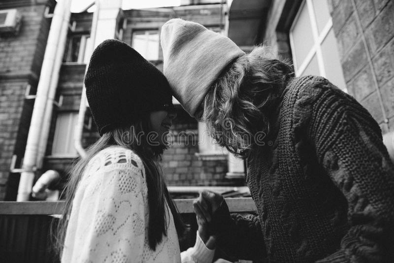 一起使用在街道的两个女孩 免版税库存照片