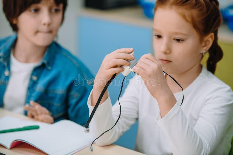 一起修建项目的学童,词根 库存照片