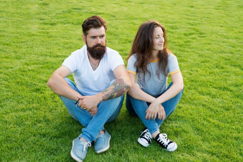 一起做一切 夏天在公园放松 逗人喜爱的女孩和有胡子的人行家绿草的 浪漫夫妇 库存照片