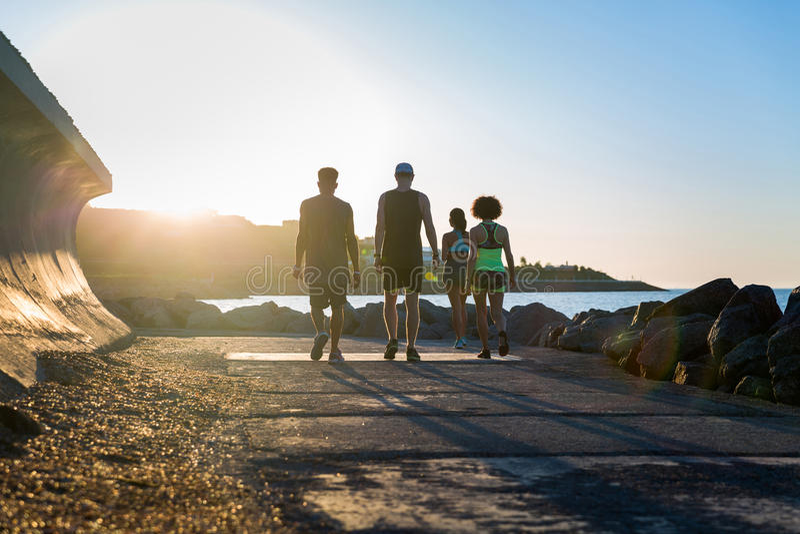 一起做锻炼的小组年轻运动的人民 免版税库存照片