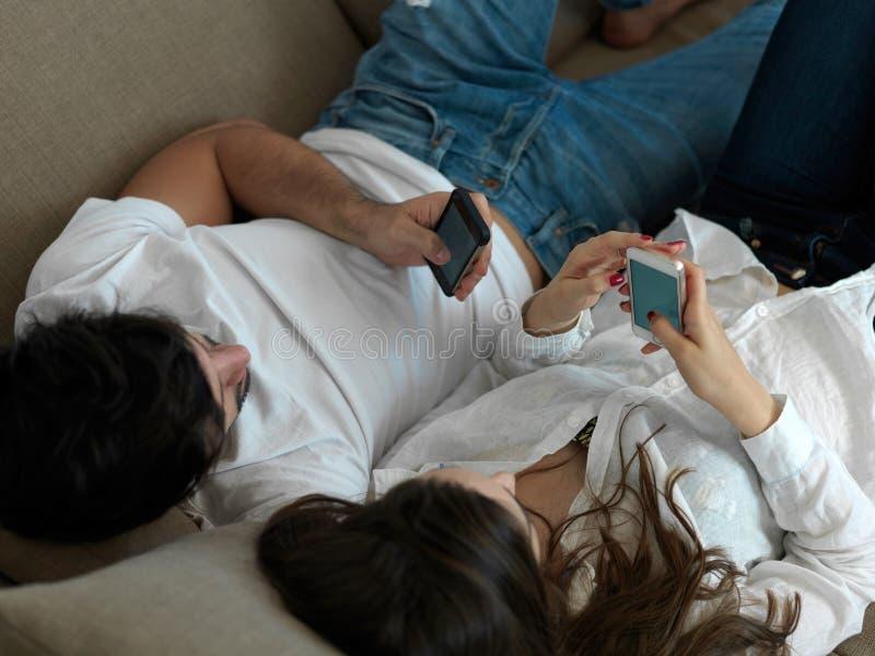 一起做selfie的年轻夫妇在家 免版税库存照片