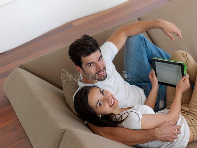 一起做selfie的年轻夫妇在家 库存图片