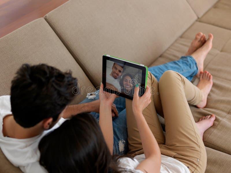 一起做selfie的年轻夫妇在家 免版税库存图片