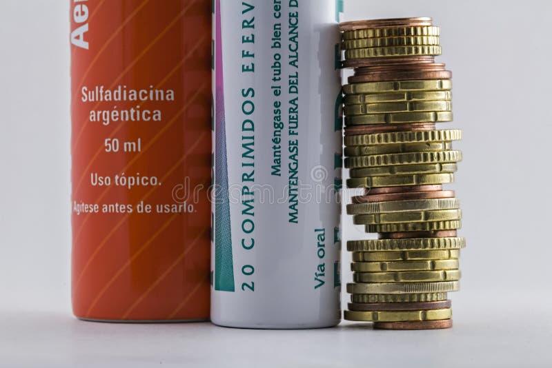 一起冒泡片剂管对欧洲硬币 图库摄影
