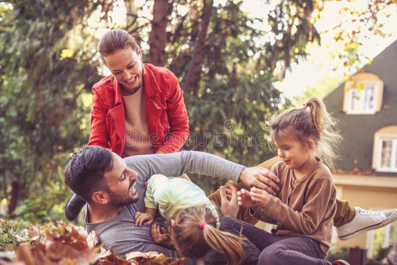 一起发痒父亲的Lets 使用愉快的家庭外面 图库摄影