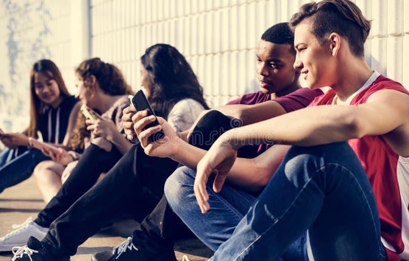 一起变冷使用smar的小组年轻少年朋友 库存照片