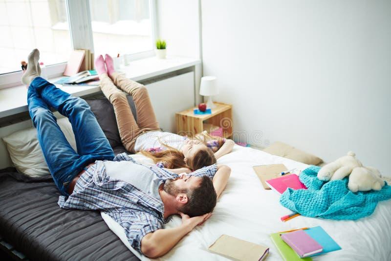 一起变冷的父亲和的女儿 库存照片