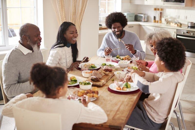 一起吃他们的星期天晚餐的多一代混合的族种家庭在家,高的看法 免版税图库摄影