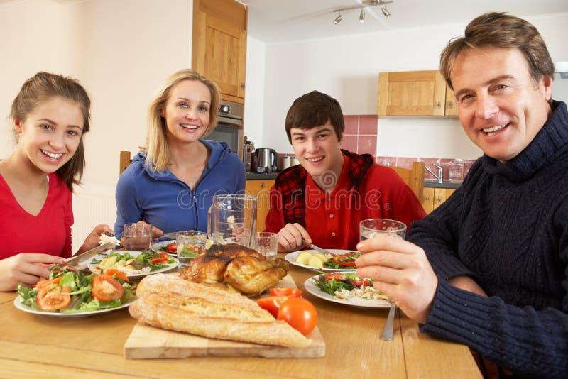 一起吃午餐的少年系列在厨房里 库存图片