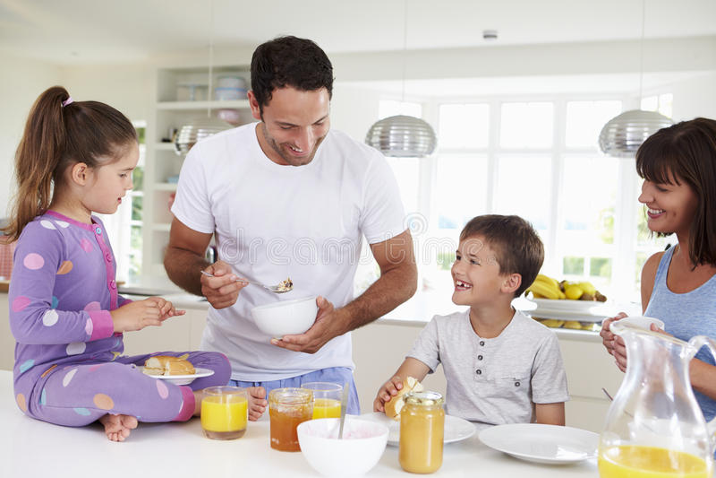 一起吃早餐的家庭在厨房里 库存图片