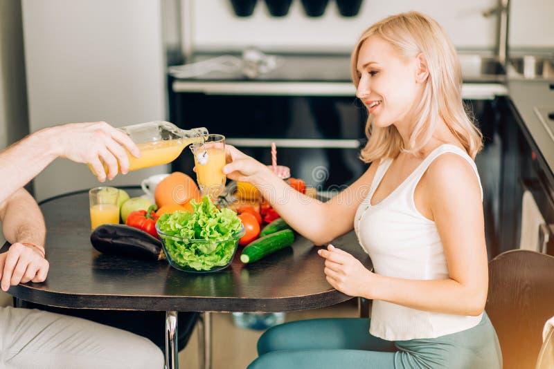 一起吃早餐的愉快的夫妇在家 免版税图库摄影